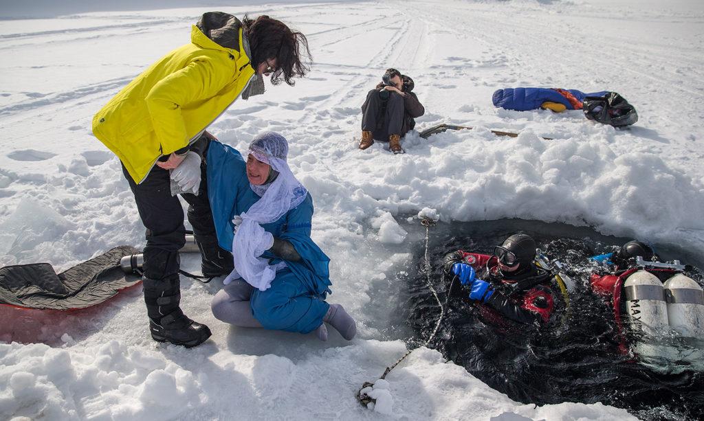 Бессменный ангел-хранитель Наташи на суше Ирина Теплякова помогает Чайке выйти из воды и добраться до теплого домика