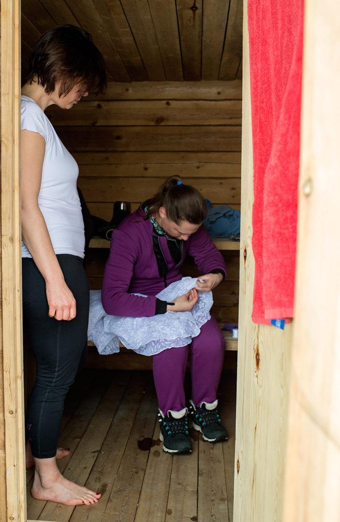 Богдана Ващенко вручную вышивает дырочки в фате, чтобы под ней не скапливался воздух