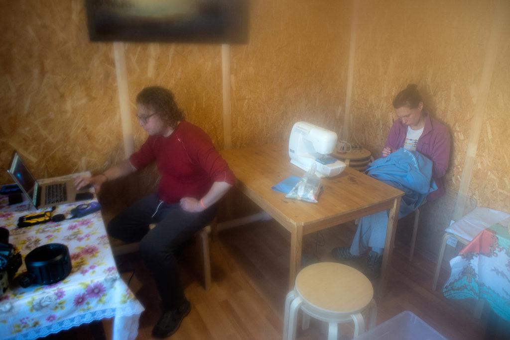 Слева Кирилл Иванов сливает видео файлы в компьютер